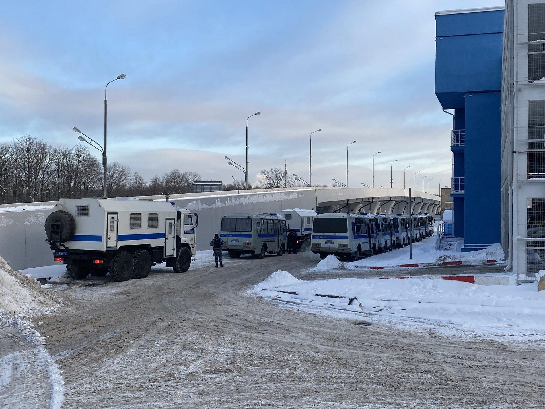 В аэропорту РФ к возвращению Навального стягивают автозаки и полицию – фото, видео