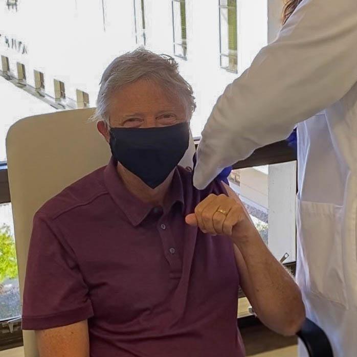 Биллу Гейтсу делают прививку от COVID-19 (Фото: Twitter Гейтса)