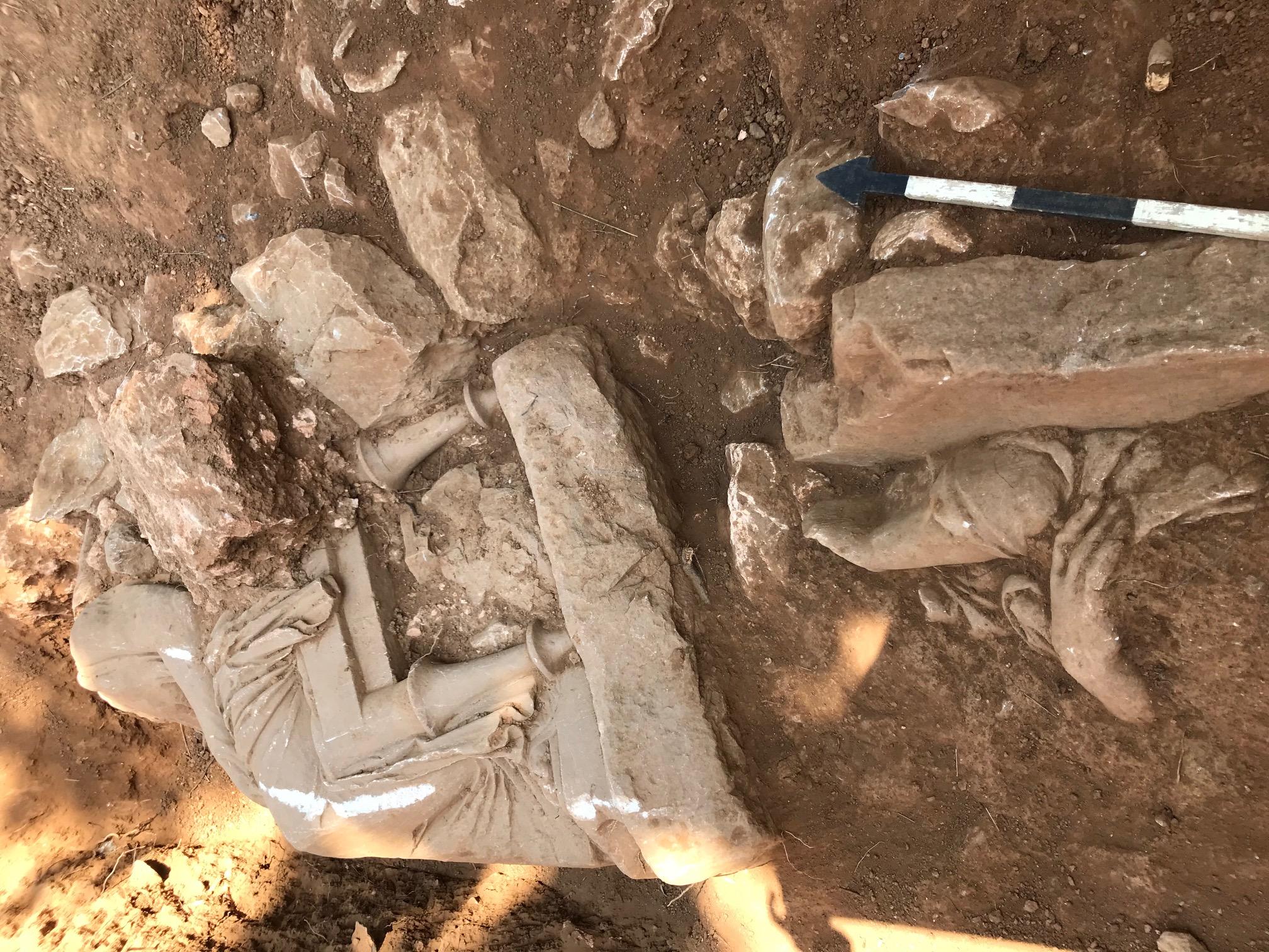 Археологи нашли древние статуи неподалеку от аэропорта Афин: им более 2300 лет – фото