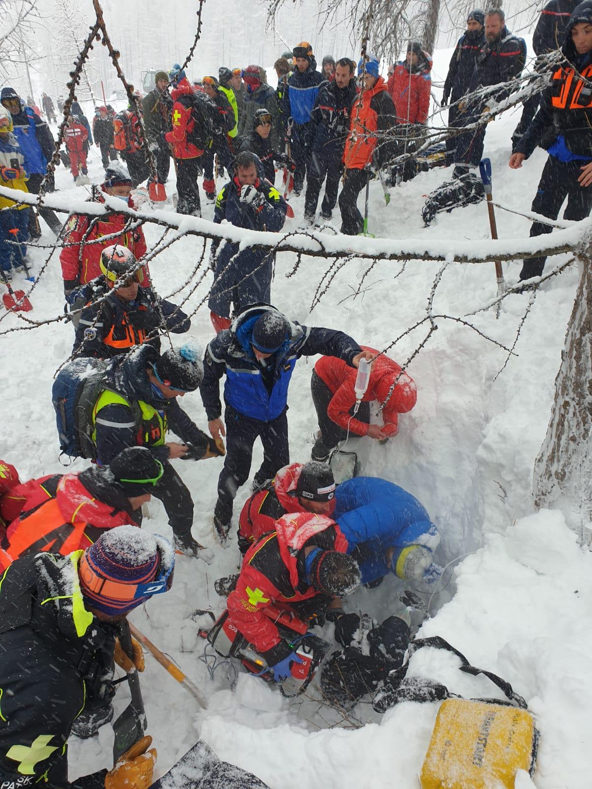 Спасение попавшего под лавину человека (Фото: Gendarmerie de la Savoie/Facebook)
