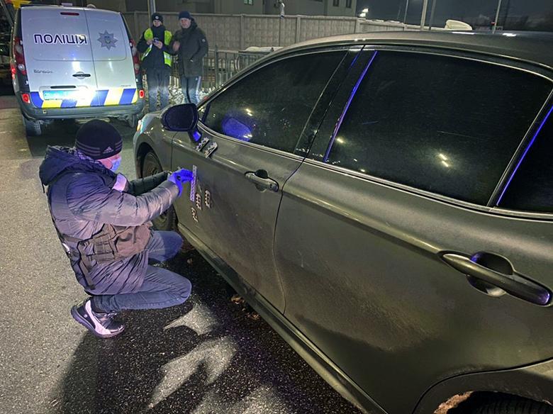 В Киеве обстреляли автомобиль. Спецназ и полиция провели спецоперацию – видео