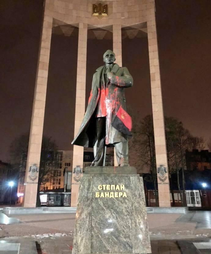 Во Львове облили краской памятник Бандере. Уже отреагировал мэр – фото