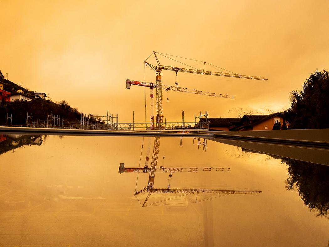 Оранжевое небо над Европой. Песок из Сахары окрасил снег и дома в городах: видео