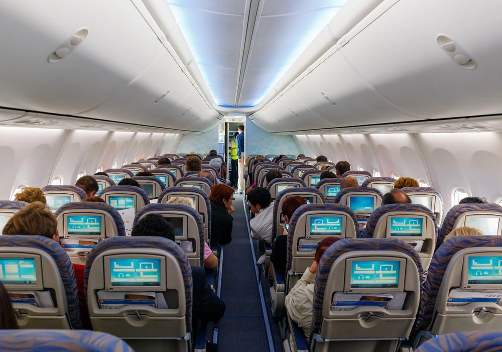 Для тех, кто часто летает или путешествует на поезде, оптимальным выбором будут полноразмерные наушники с активным шумоподавлением. (Фото: depositphotos.com)