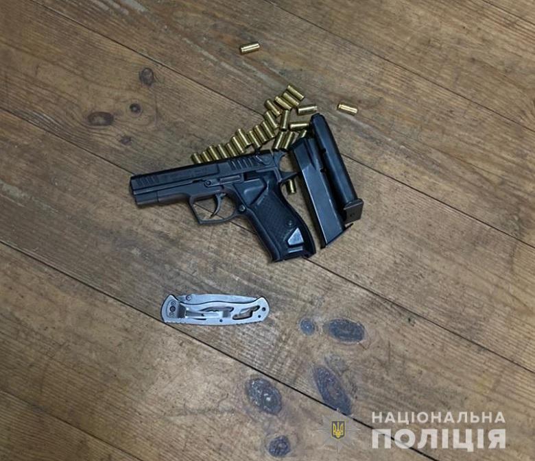 На базі організації Киви поліція вилучила зброю і гранати, сто осіб доставлено в поліцію
