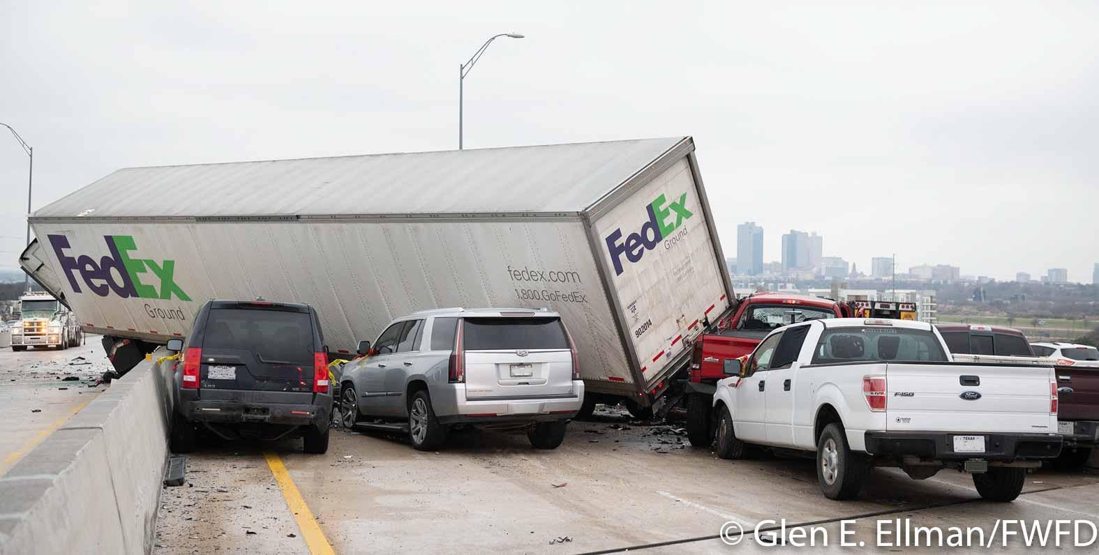 ДТП на автомагистрали в Техасе (Фото: FWFD)