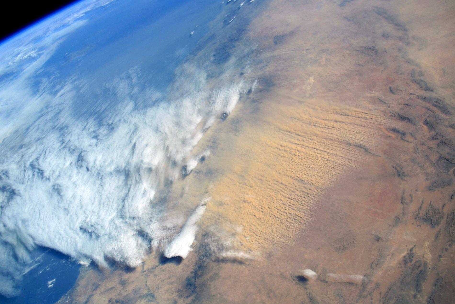 Бежевое небо над Европой после ветра сирокко: как это выглядело из космоса – фото