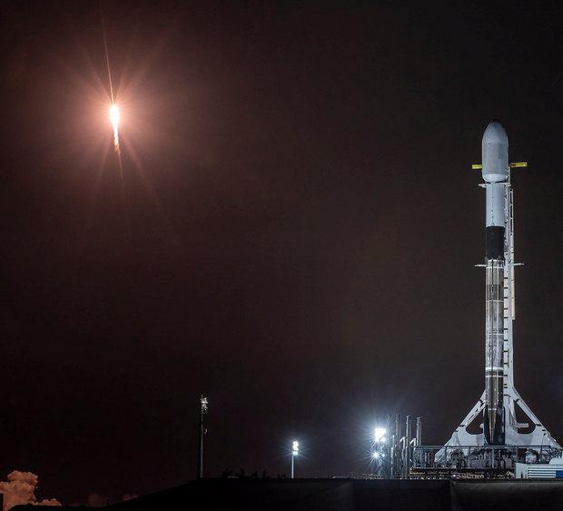 Ракета, которая взлетит сегодня, на фоне старта предыдущей (фото — SpaceX)