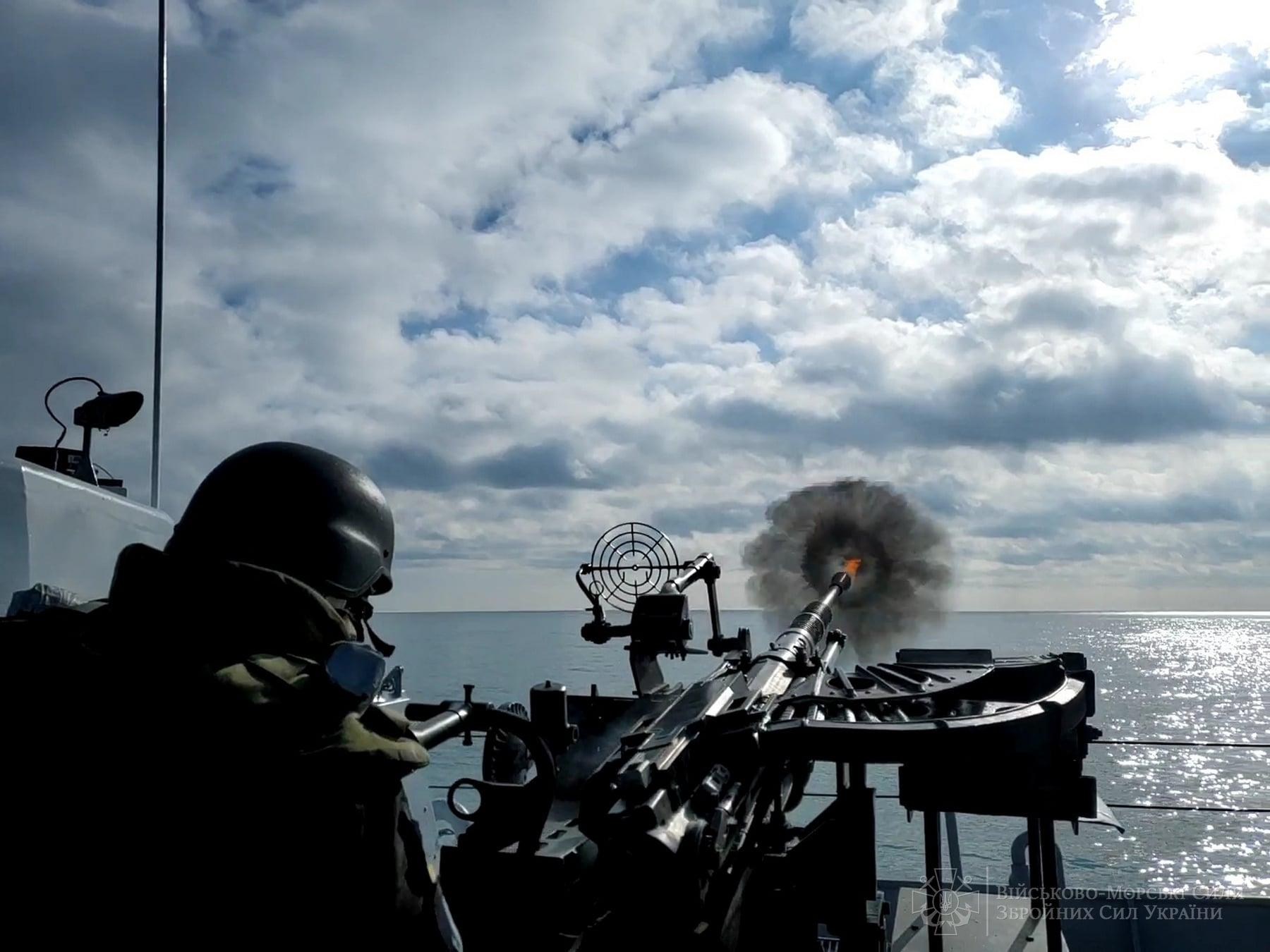 """Моряки """"Славянска"""" провели учения с метанием гранат и артиллерийскими стрельбами – фото"""