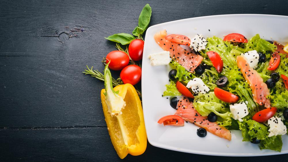 Салат з авокадо та лососем