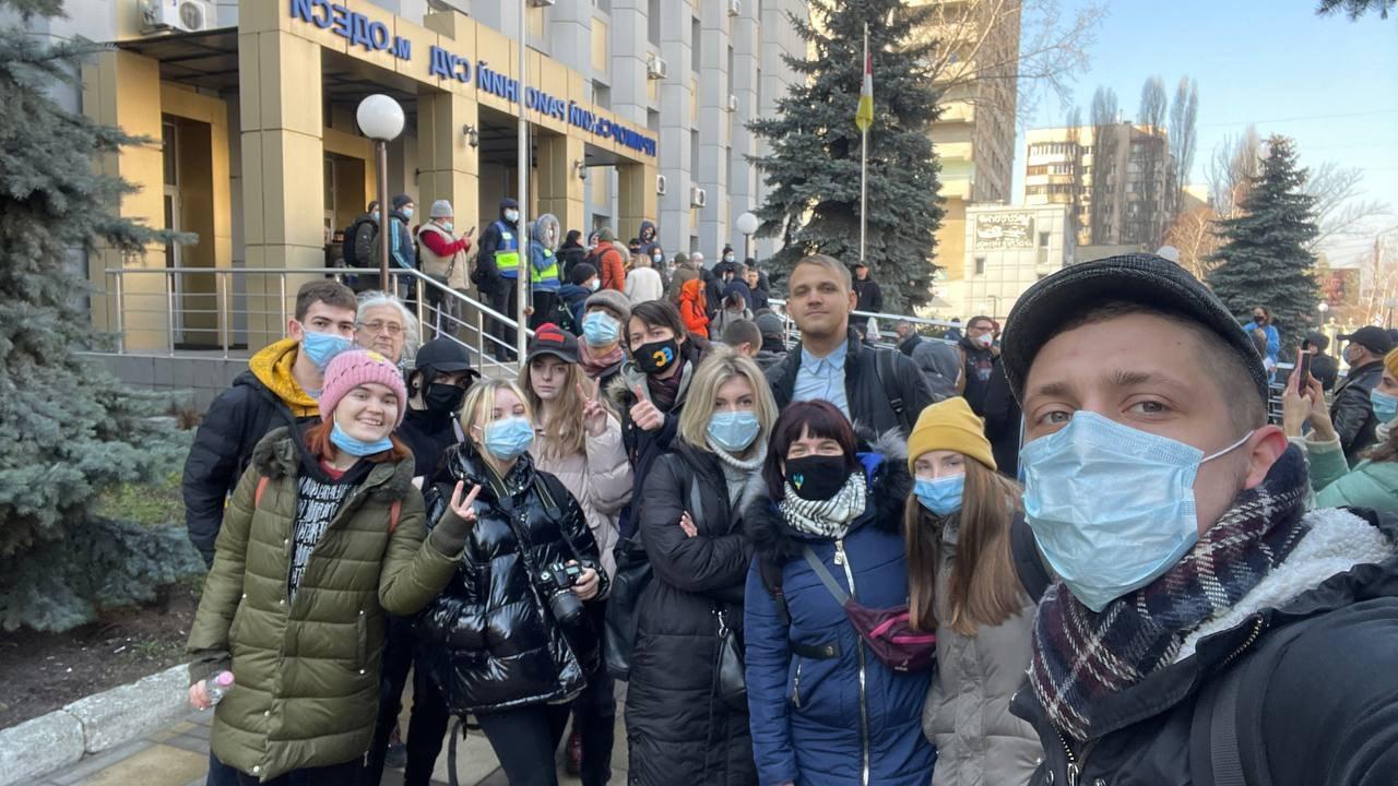 Стерненко выносят первый приговор. У суда в Одессе собрались его сторонники – трансляция