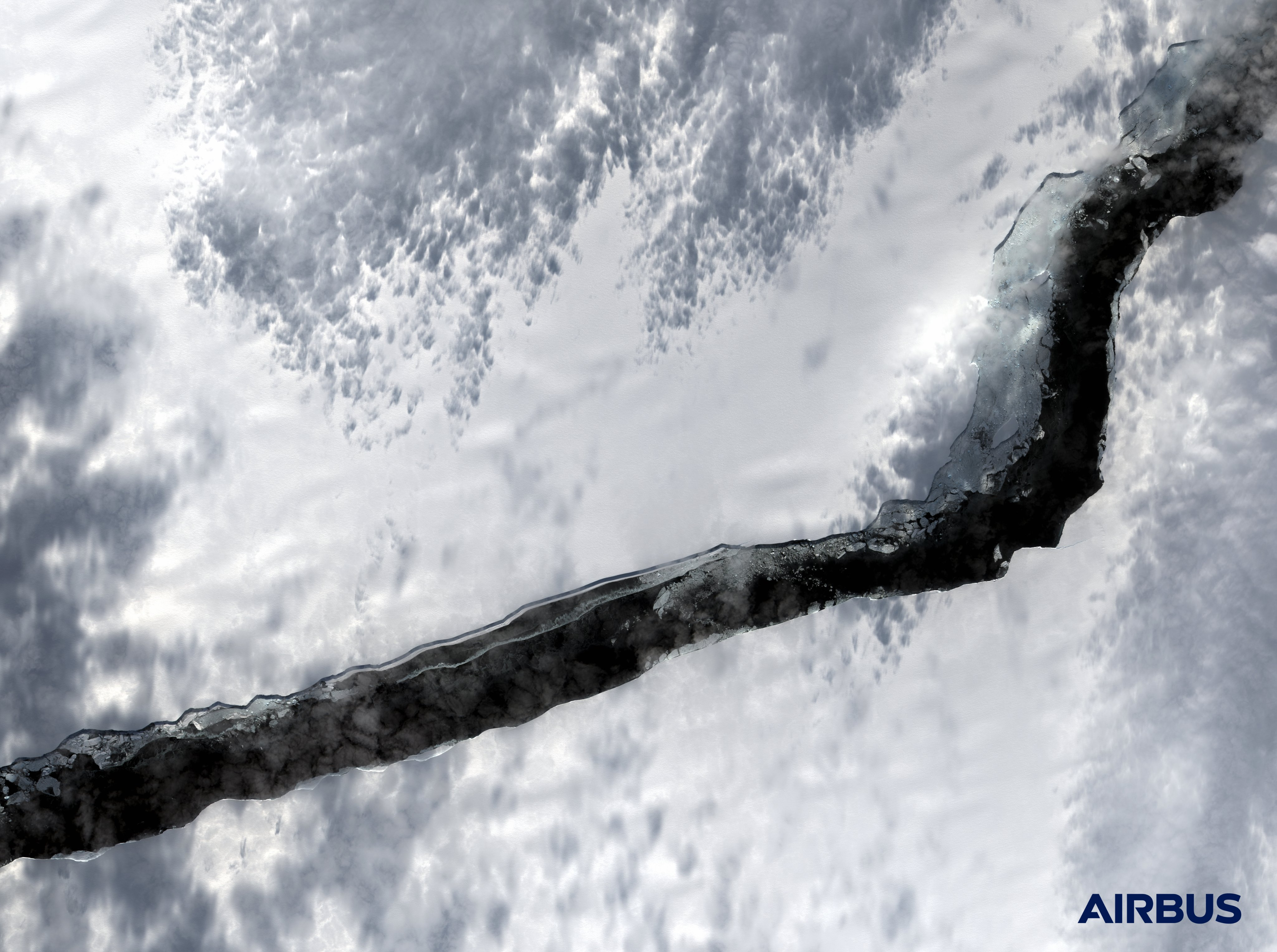 Гигантский разлом в Антарктиде (Фото: Twitter Airbus/Vision-1)