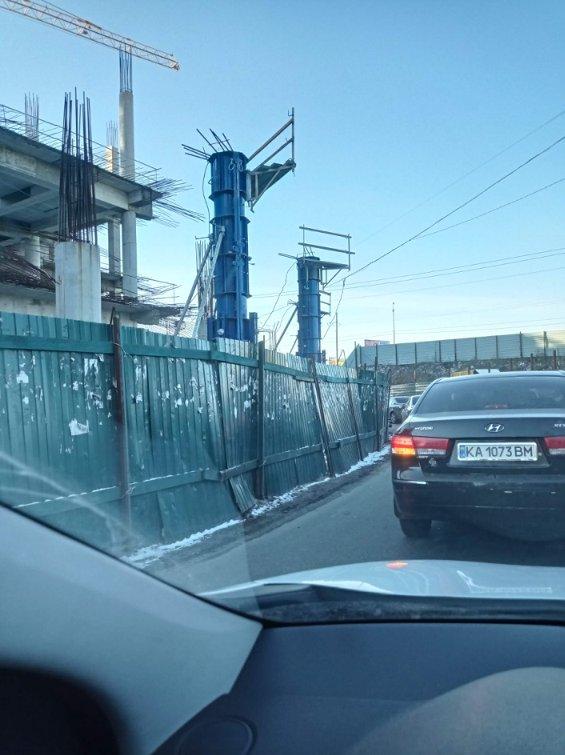 В Киеве возобновили строительство ТРЦ на проезжей части: фото