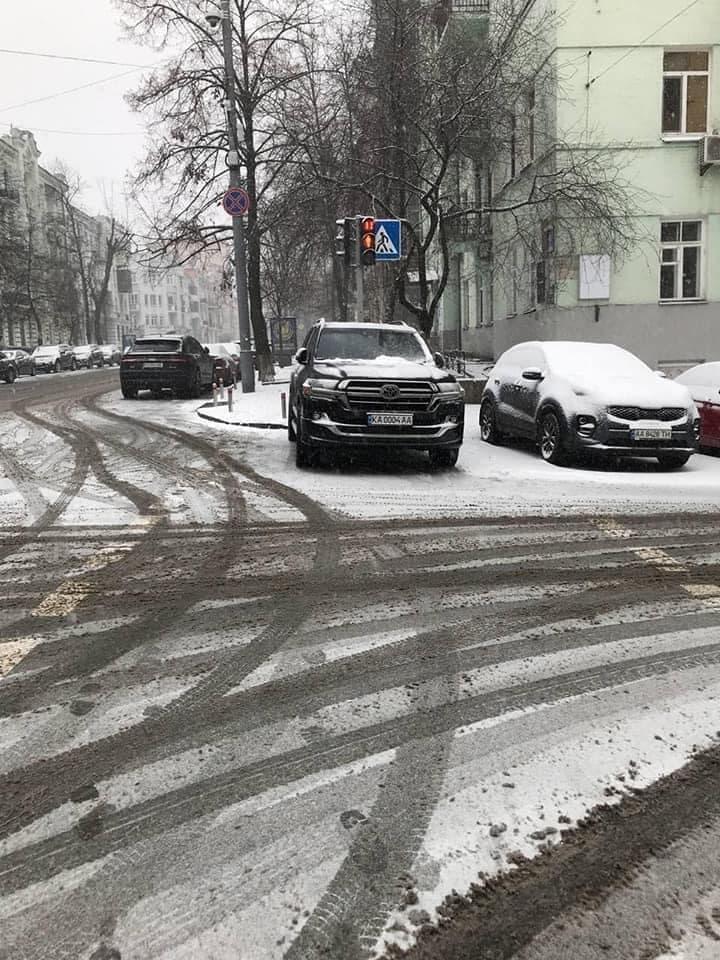Арахамия припарковал автомобиль на пешеходном переходе. Полиция выписала штраф: фото