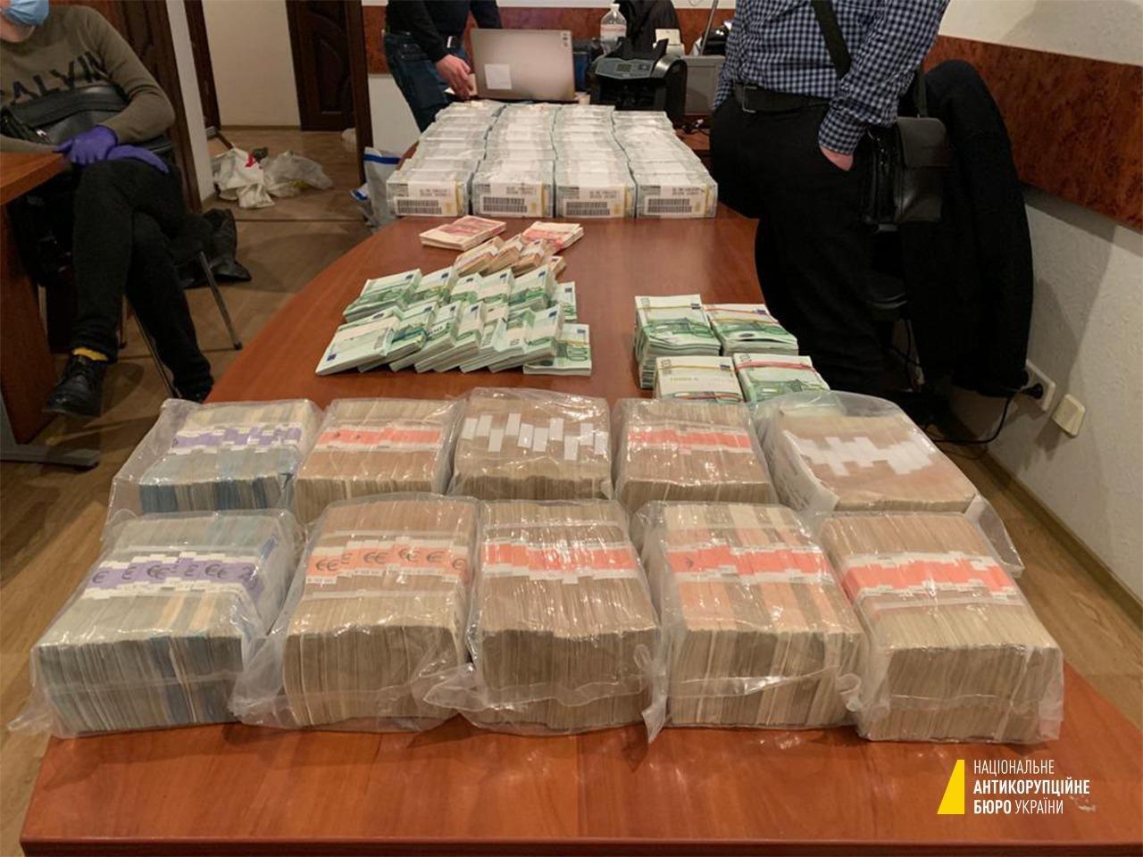 Задержание брата Вовка. НАБУ нашло миллионы долларов наличными и антиквариат: фото