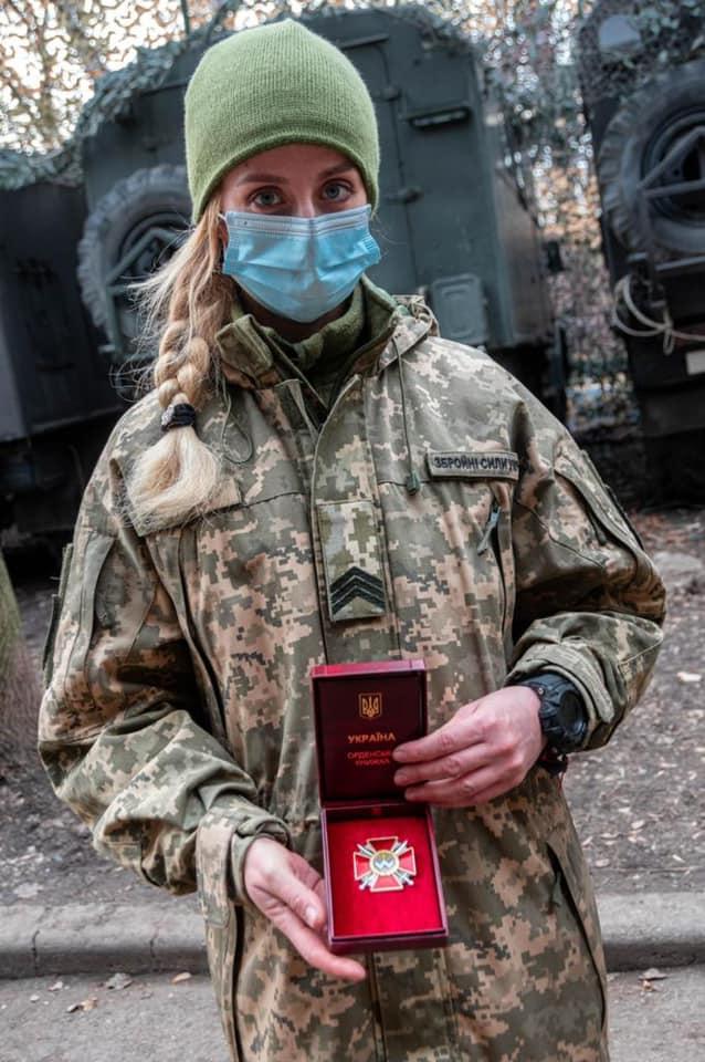 Витягала поранених із-під обстрілу під Шумами. Військову медичку нагородили орденом: фото