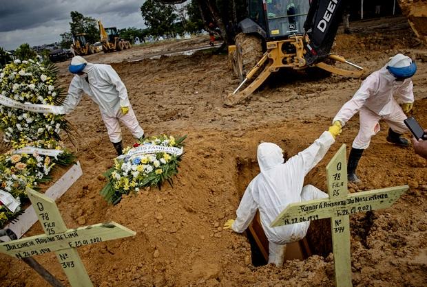 Одно из новых кладбищ для захоронения умерших от COVID-19 в Амазонии (фото – ЕРА)