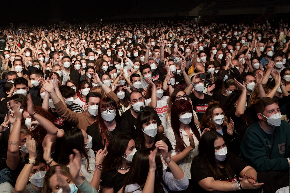 Эксперимент в Испании: из 5000 посетителей концерта коронавирусом заразились двое – видео