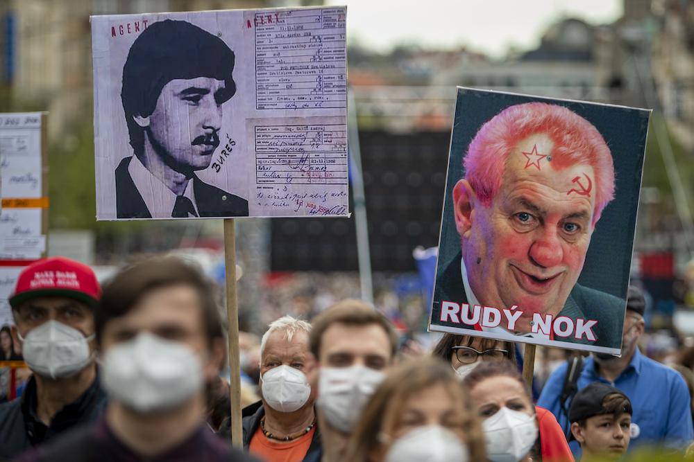 Тысячи чехов в Праге вышли на акцию против президента Земана: его обвиняют в госизмене