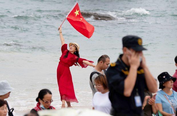 Китайцы наблюдают за запуском Long March-5B (фото – ЕРА)
