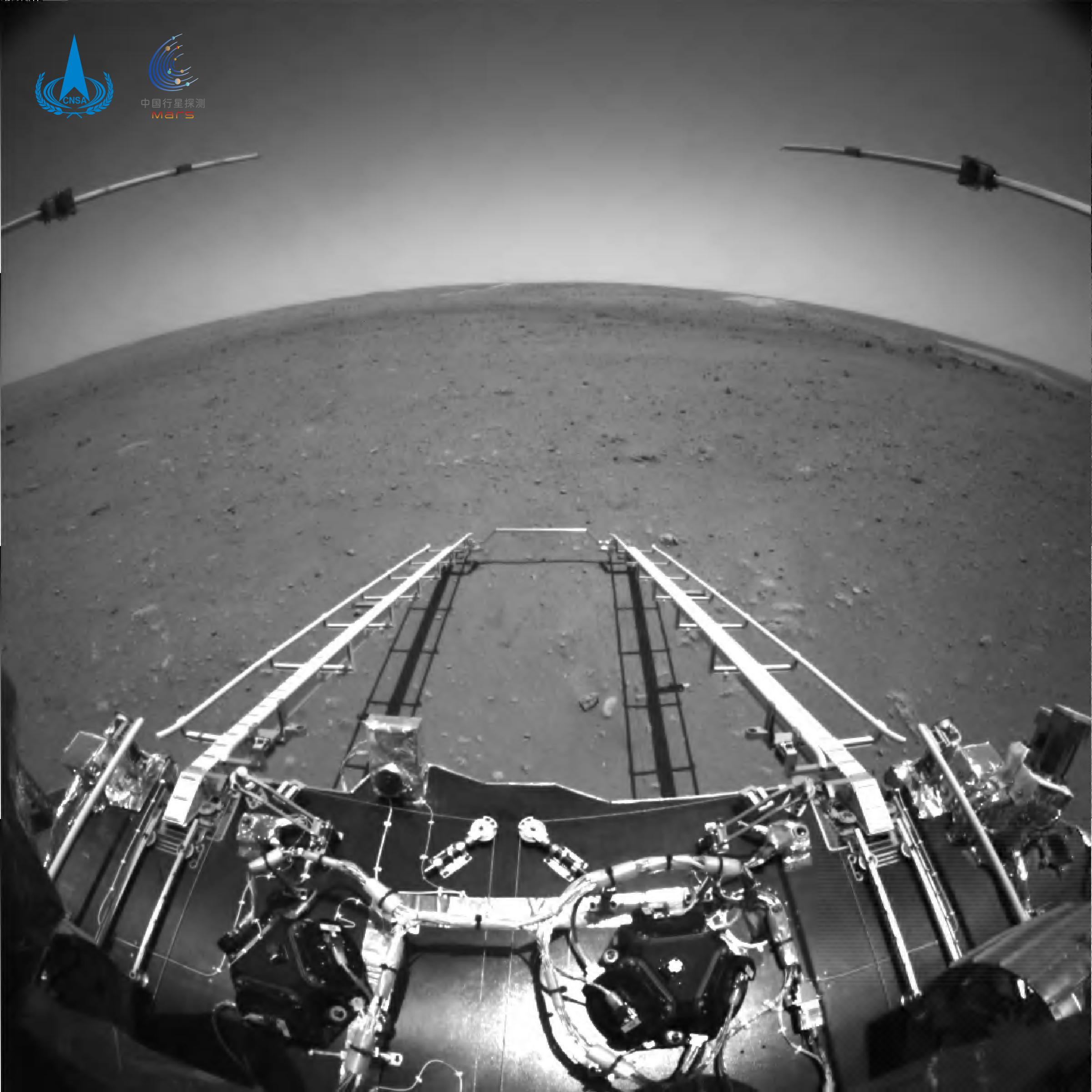 Китайский зонд Tianwen-1 прислал первые кадры с поверхности Марса – фото