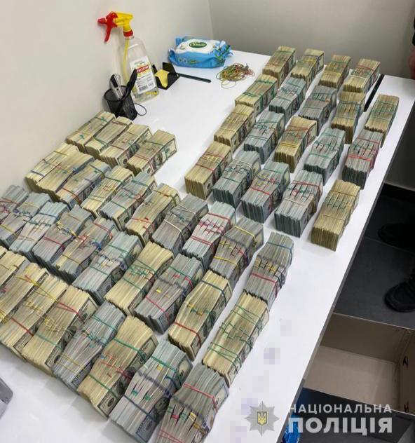 """Полиция показала """"общак"""" задержанных вчера """"воров в законе"""" – там $3,2 млн: фото"""