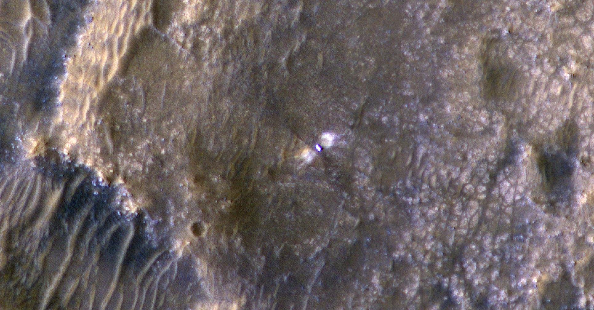 Марсоход Curiosity с ветхими колесами лезет на скалу в кратере Гейл – фото с орбиты