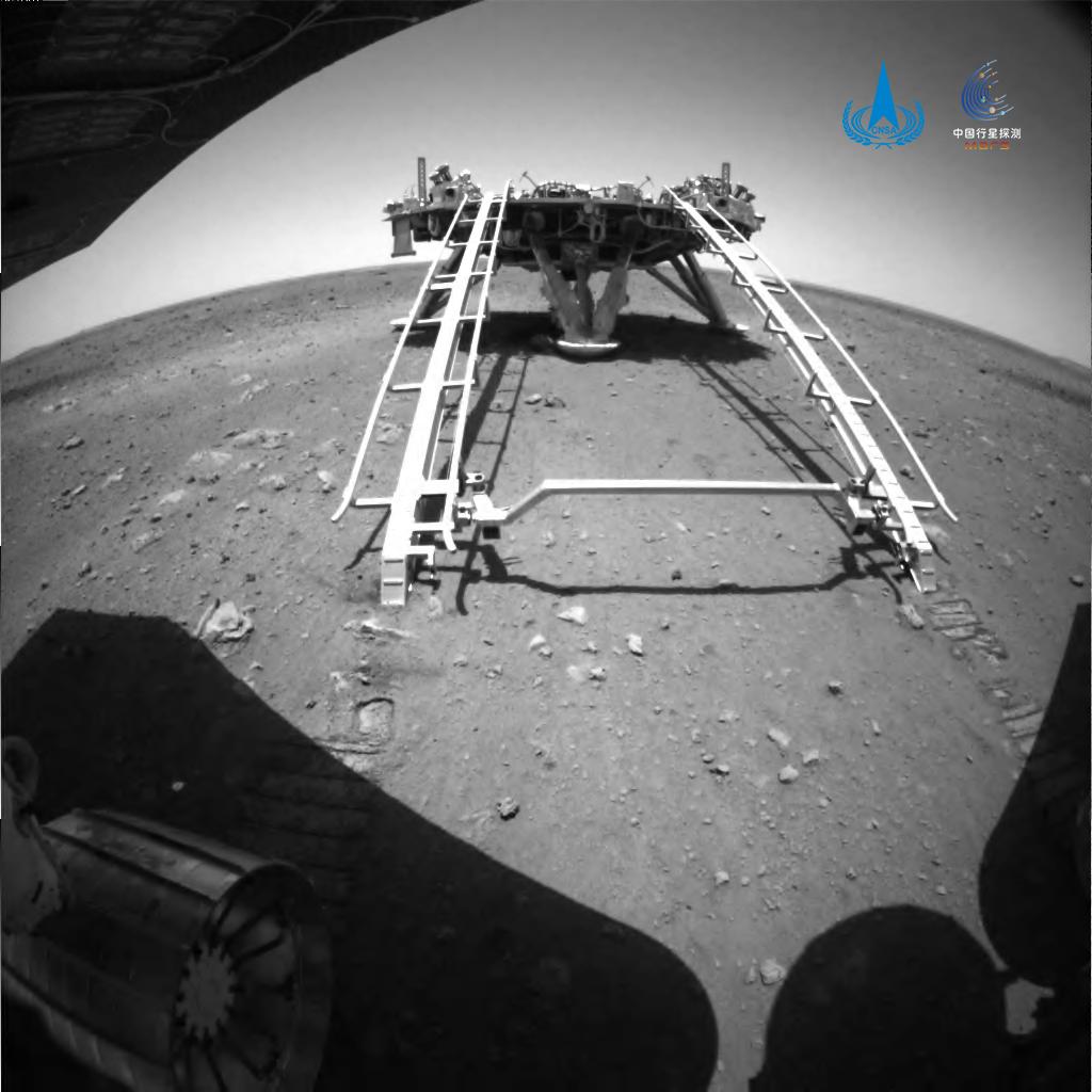 Китайский ровер Zhurong успешно сошел с платформы и начал исследовать Марс – фото