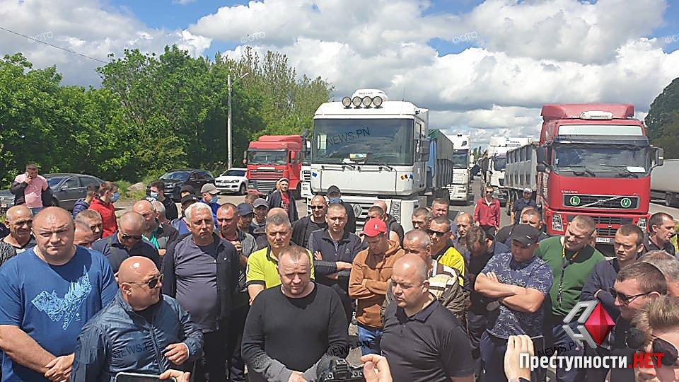 Далекобійники перекрили трасу під Миколаєвом через систему зважування фур: фото, відео