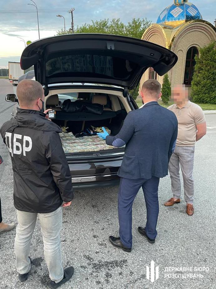 У таможенника из списка контрабандистов СНБО нашли в машине $700 000: фото, видео