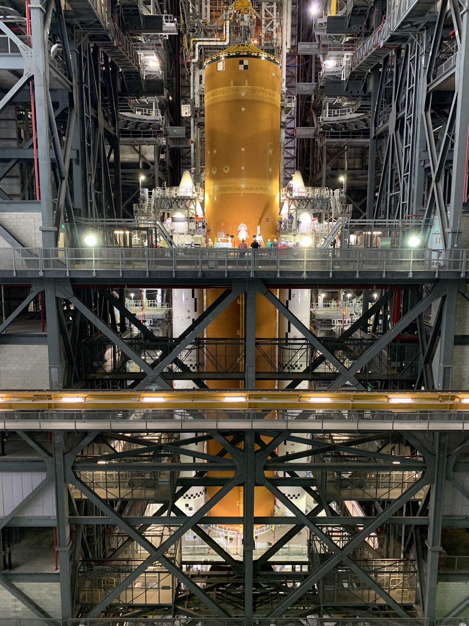 """Полетит к Луне. NASA впервые показала """"собранную"""" новую мегаракету – фото, видео"""