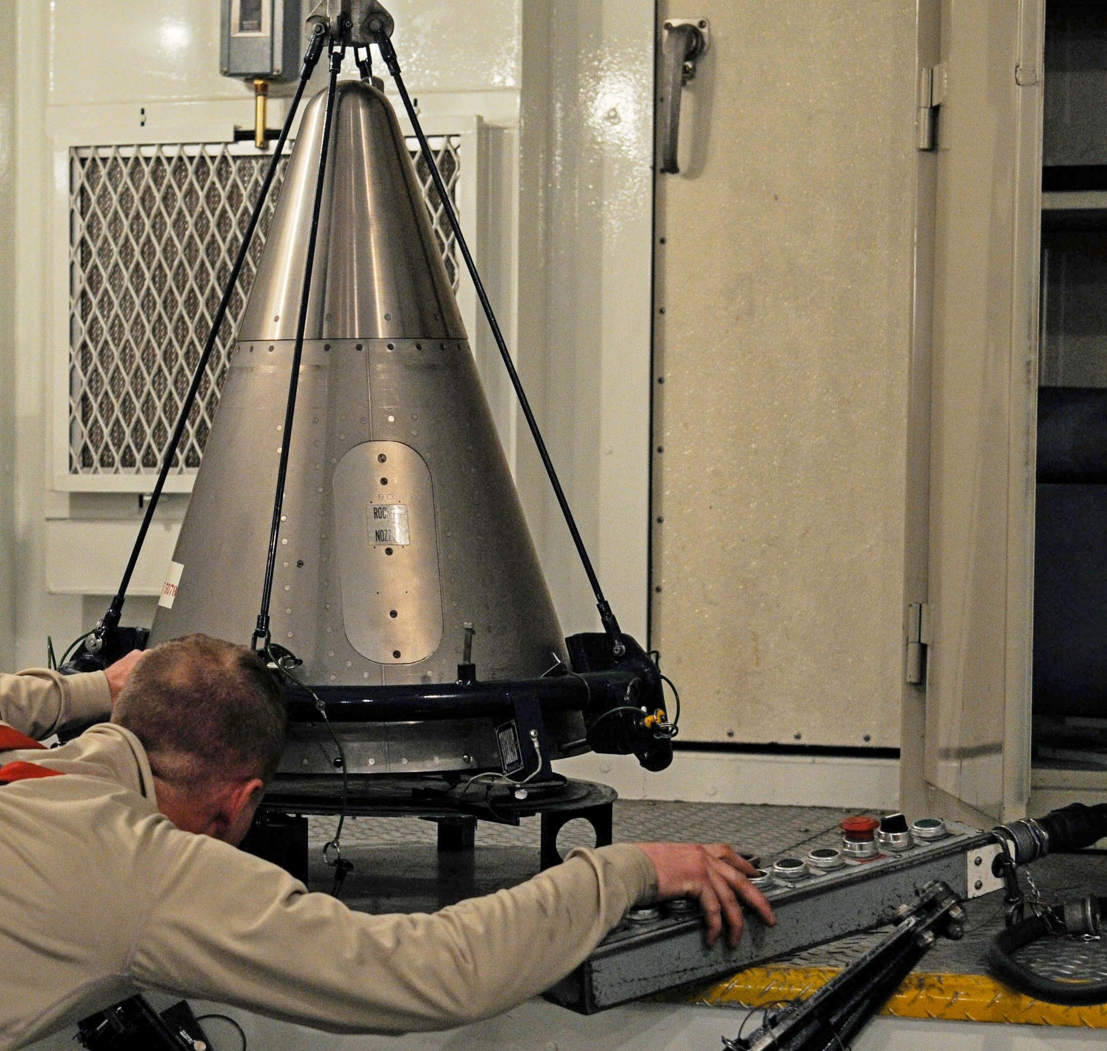 Ядерная боеголовка (фото — Braydon Williams, USAF)