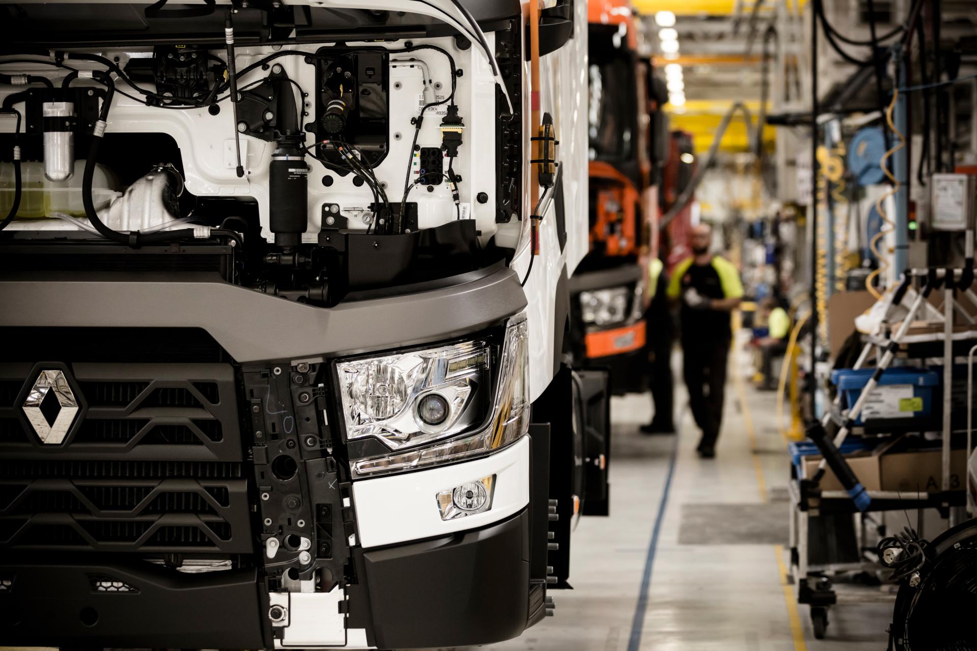 360 градусов погружения. Renault Trucks решил показать сборку грузовиков: фото