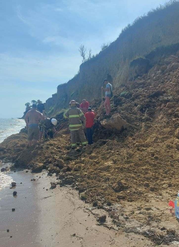 #новости   В Одесской области на побережье обвалился грунт, под завалами могут быть люди: фото, видео - новости Украины, Происшествия