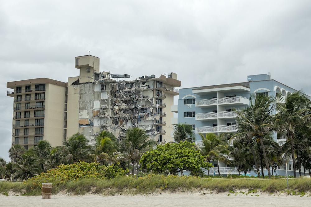 Обрушение дома в Майами. 159 пропавших без вести, спасатели слышат стук из-под завалов