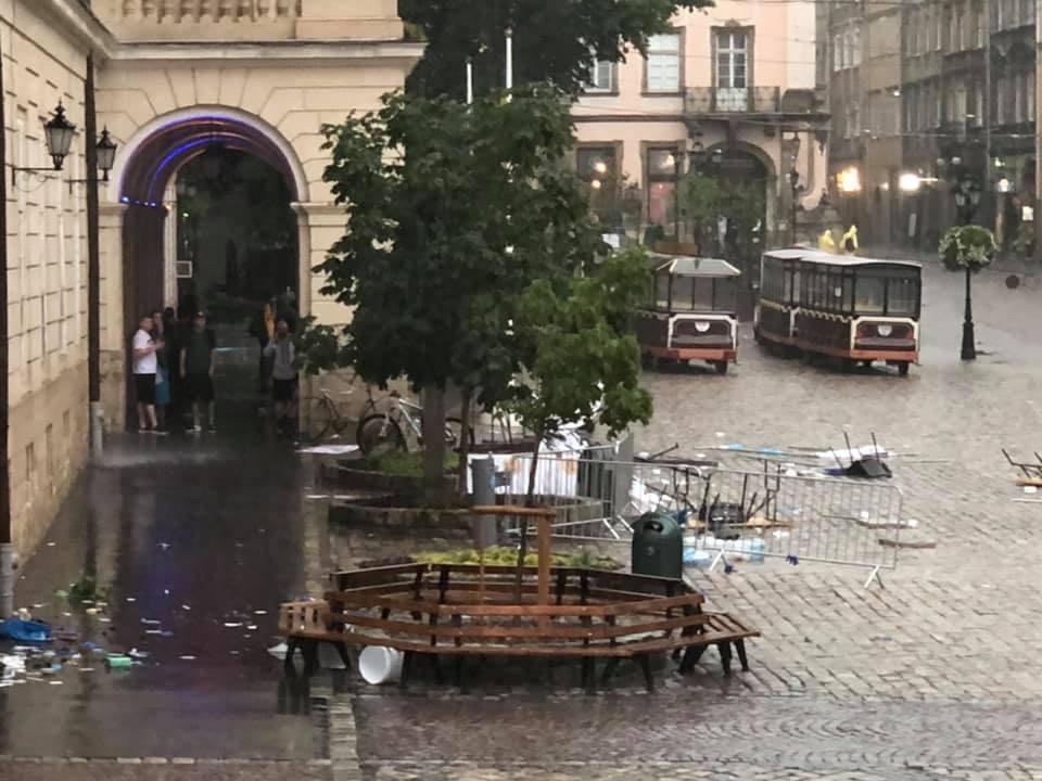 На Львов обрушилась сильная буря. Отключен свет, людей просят быть дома – фото и видео