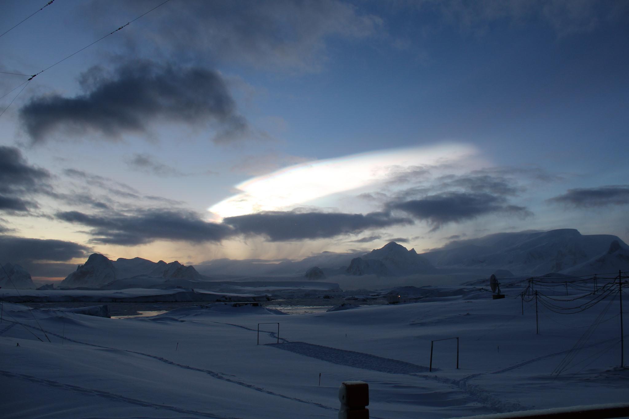 Украинцы сняли над Антарктикой редкие облака: они ледяные и перламутровые – фото