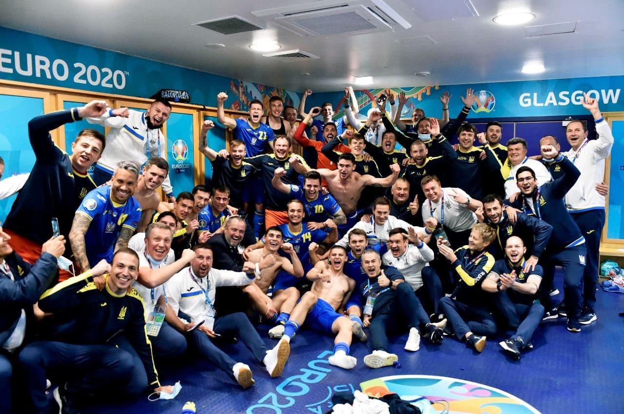 Танцы в раздевалке и слезы на глазах. Как сборная Украины праздновала победу над Швецией