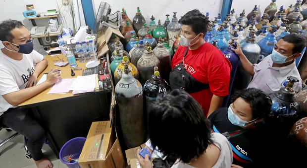 Индонезийцы в очереди за кислородом для больных (фото: ЕРА)