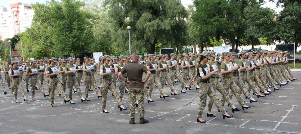 Минобороны решило, что курсантки на параде Независимости должны идти на каблуках: фото