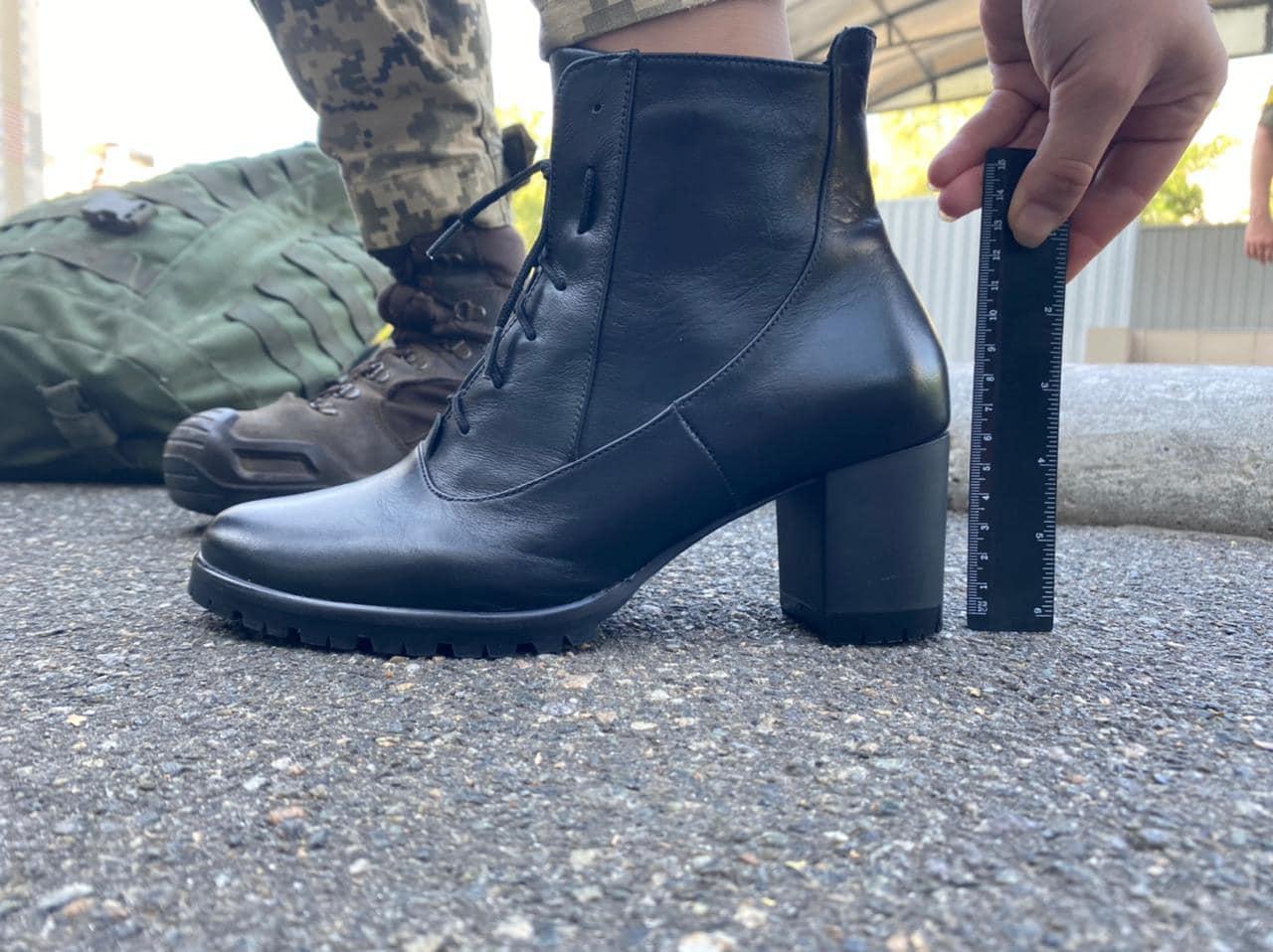 """Курсантки на параде. Минобороны предложило вместо туфель """"экспериментальную модель"""": фото"""