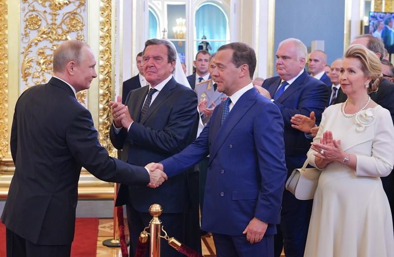 Шредер, Фийон, Кнайсль. Как Путин покупает себе друзей: девять примеров