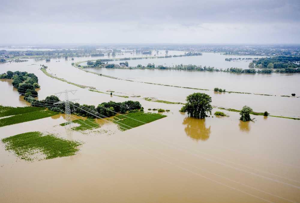 На юге Нидерландов наводнение прорвало дамбу, эвакуируют сотни людей: фото, видео