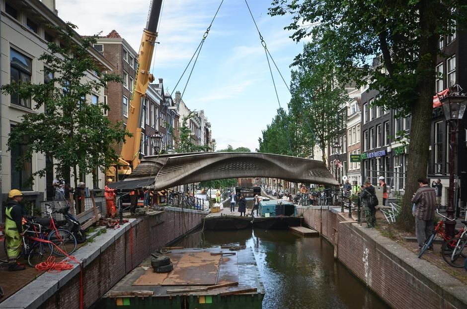 В Амстердамі відкрили перший у світі сталевий міст, надрукований на 3D-принтері: відео, фото