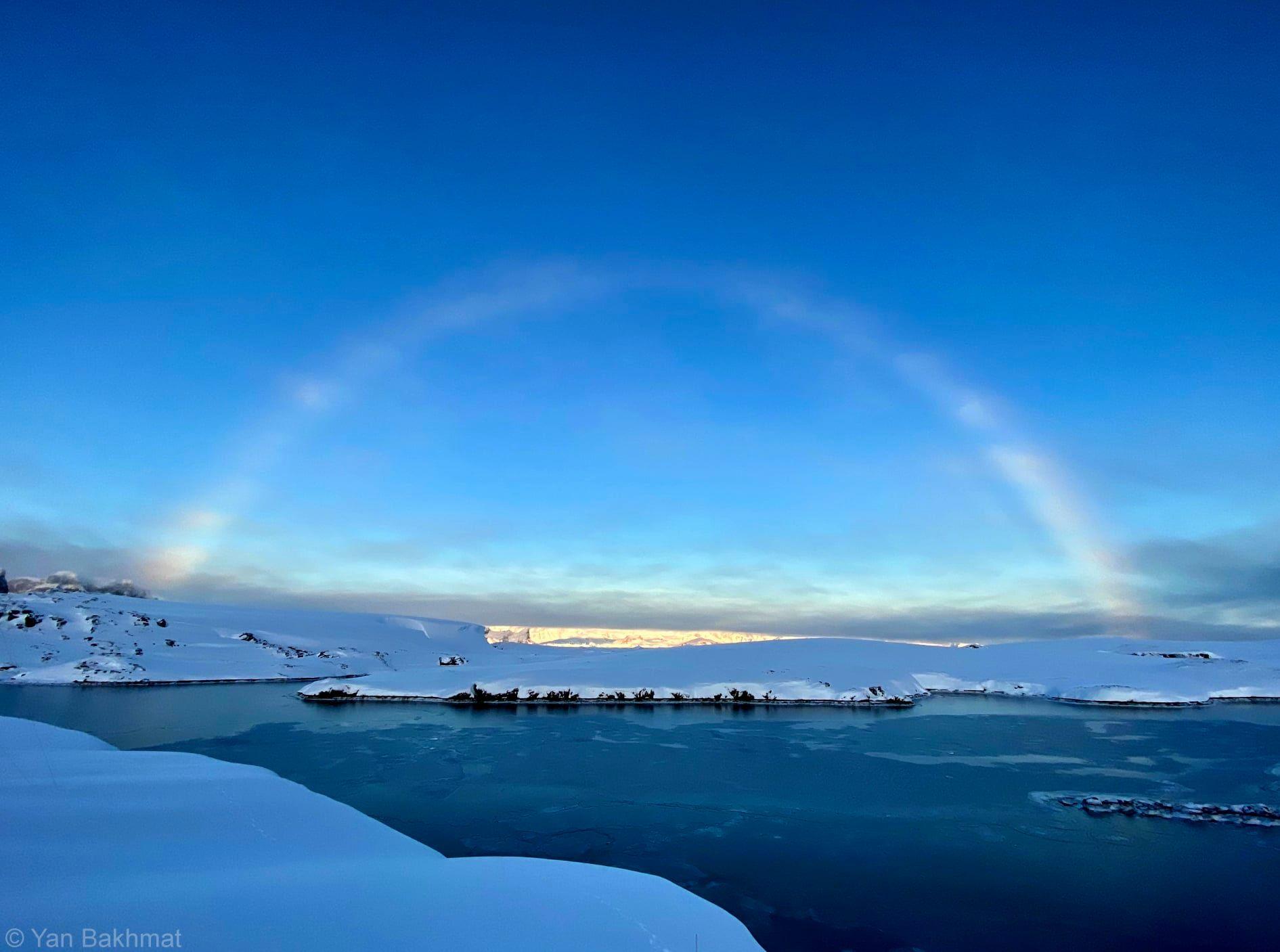"""Украинцы увидели в Антарктиде """"ненастоящее солнце"""" и белую радугу – фото"""