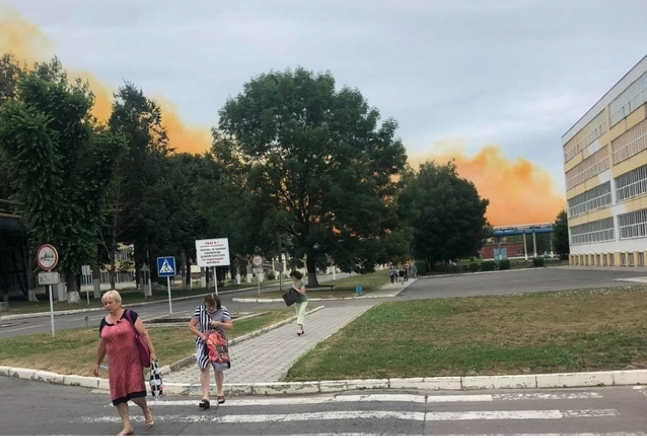 У Рівному сталася надзвичайна подія на хімзаводі: в небо здійнялася хмара окису азоту – відео