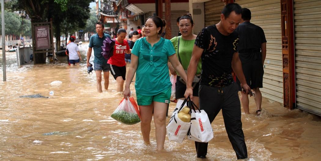 У Китаї масштабна повінь, тисячі місцевих мешканців опинилися у пастці: фото, відео