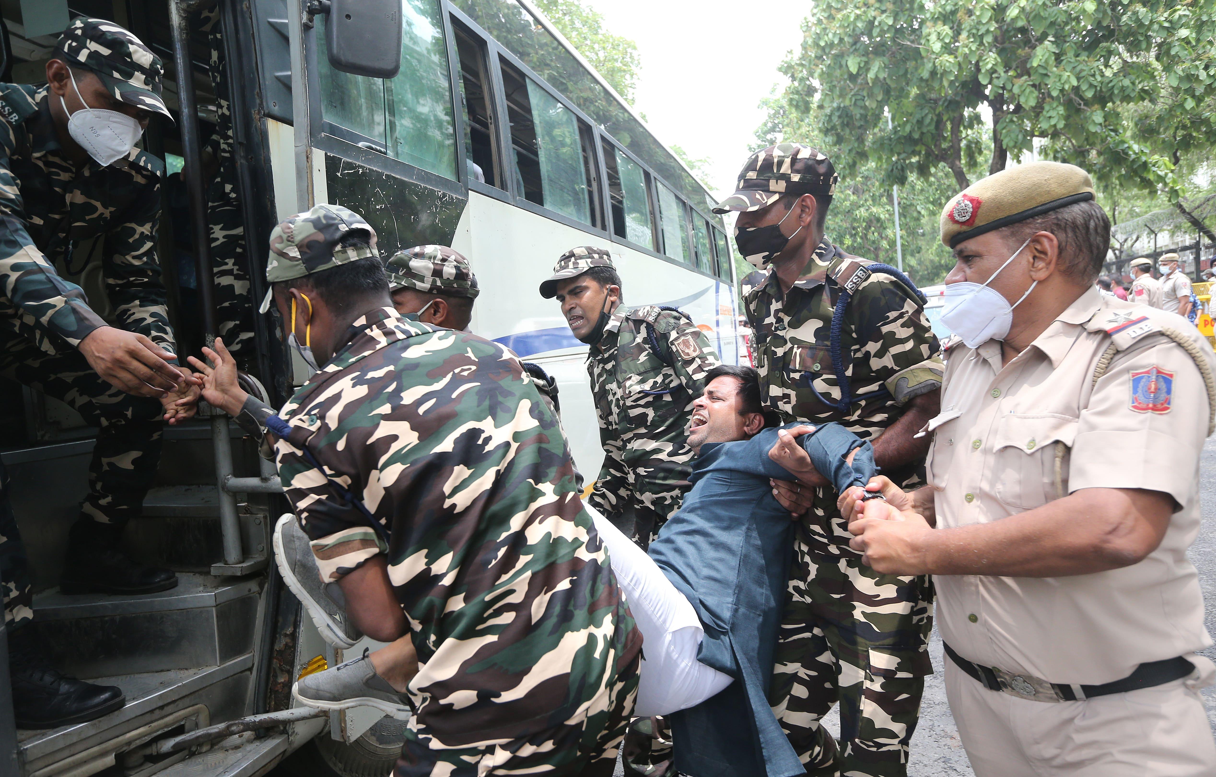 Сотрудники индийской полиции задерживают активистов, протестующих против слежки Pegasus (фото – Хариш Тьяги/EPA)