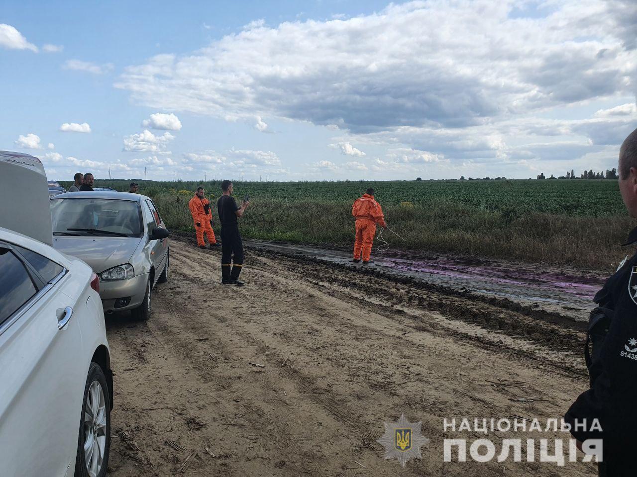 Розовые лужи возле Ровно. Нацполиция открыла уголовное дело – фото