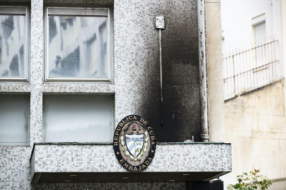 В Париже коктейлями Молотова атаковали посольство Кубы: фото